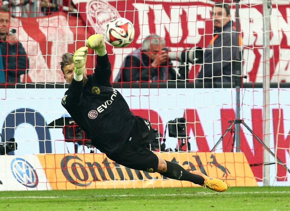 Mitch Langerak parierte im Pokalhalbfinale 2015 den Elfmeter von Götze
