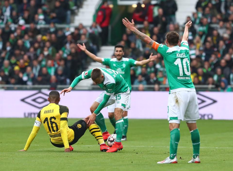 201819, 1. Bundesliga, Fussball, Fußball, GER, 1.BL, 1. BL, Herren, Saison, Sport, football, Zweikampf, Aktion, Duell, Gestik, Handbewegung - SV Werder Bremen - BVB