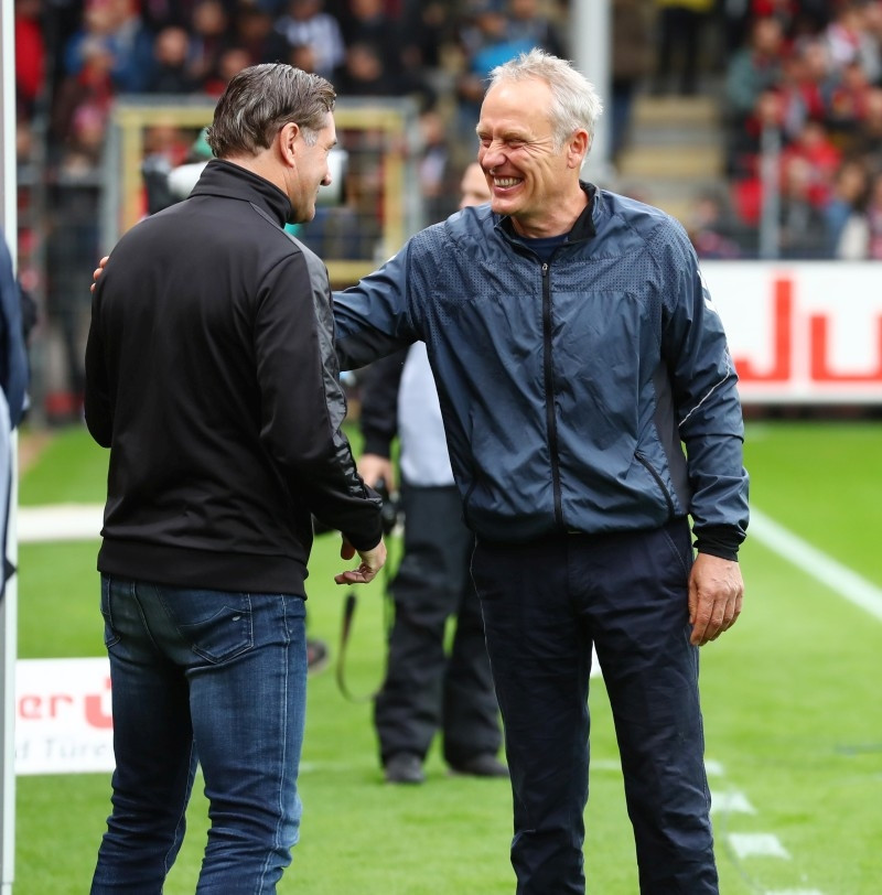 201920, 1. Bundesliga, Fussball, Fußball, GER, 1.BL, 1. BL, Herren, Saison, Sport, football, Halbfigur, halbe, Figur, Halbkörper, besprechen, austauschen, unterhalten, lächeln, lachen, scherzen, Emotion, grinsen - SC Freiburg - BVB