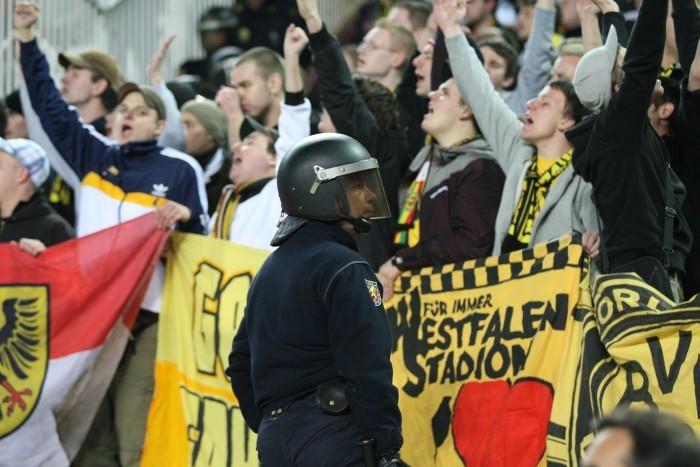 In Deutschland wohl nicht denkbar: behelmte Beamte im Fanblock