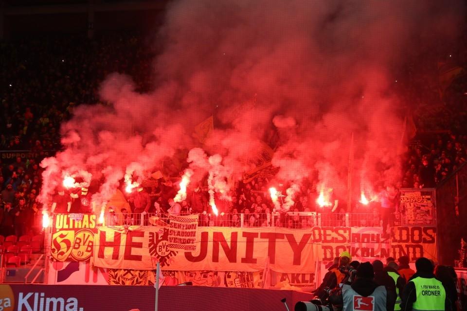 Die BVB-Fans verwandeln den Mainzer Gästeblock in ein Lichtspektakel