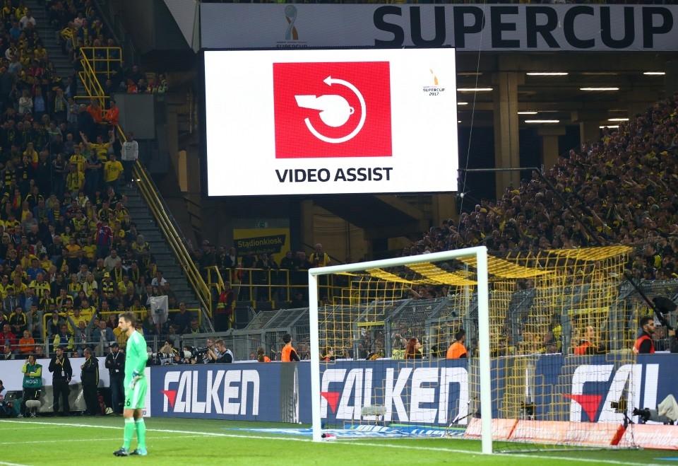 Mehr als dieses Zeichen sehen die Zuschauer im Stadion nicht.